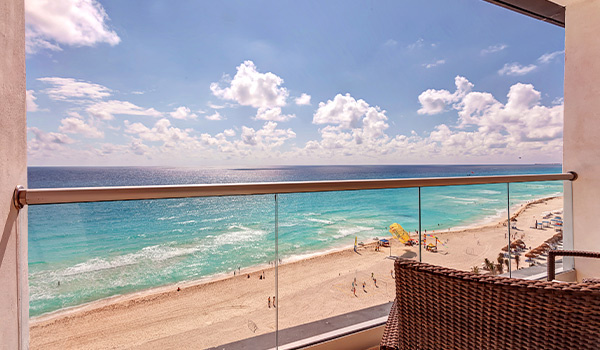 Vue de la mer des Caraïbes étincelantes depuis un balcon privé