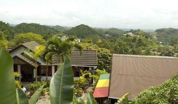 Nine Mile Village entouré de collines verdoyantes