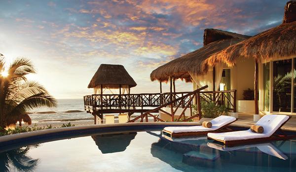 Piscine d'un bungalow privé au coucher du soleil