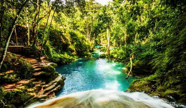 Piscine tranquille et chute d'eau au Blue Hole