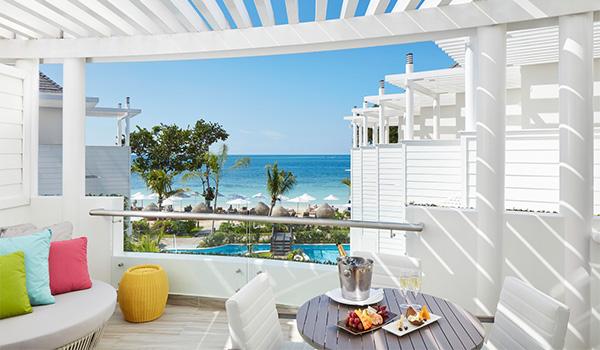 Balcon avec piscine à débordement donnant sur la plage de Negril