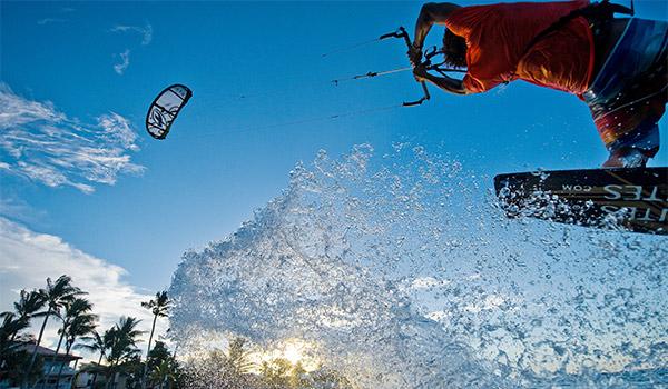 Surfeur cerf-volant sautant au-dessus des vagues