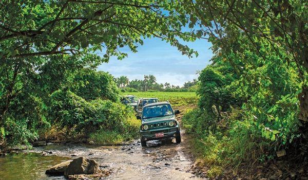 Une jeep traversant la rivière à la campagne