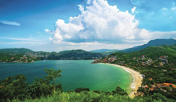 Vue aérienne des paysages montagneux surplombant la baie sereine