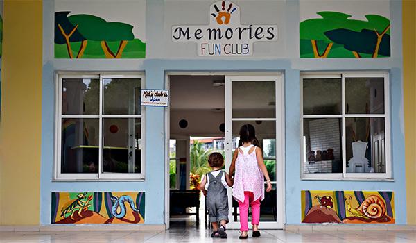 Deux jeunes enfants jouent avec un ballon au miniclub