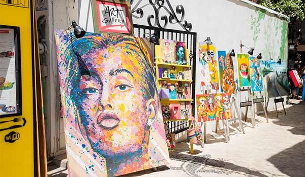 Œuvres d'art locales reposant contre un mur