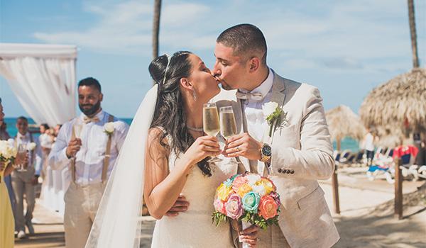 Ana et Emmanuel s'embrassant et toast de champagne