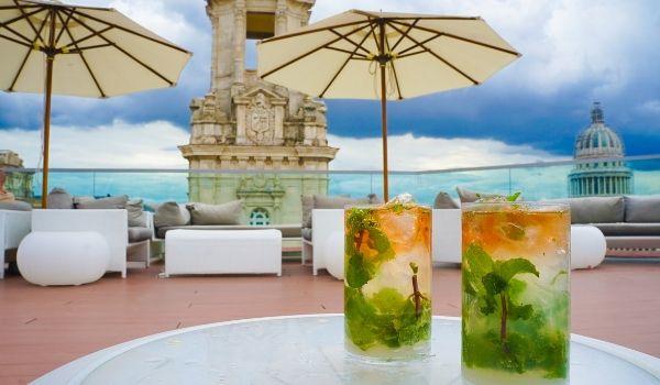 Deux cocktails sur une terrasse