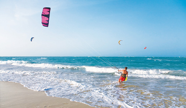 Personne pratiquant le surf cerf-volant au bord de la mer