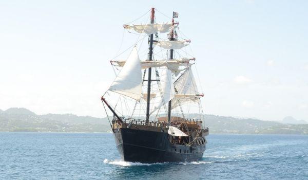 Réplique d'un navire de pirates voguant dans la mer