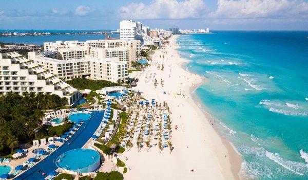 La célèbre zone hôtelière de Cancun vue du ciel