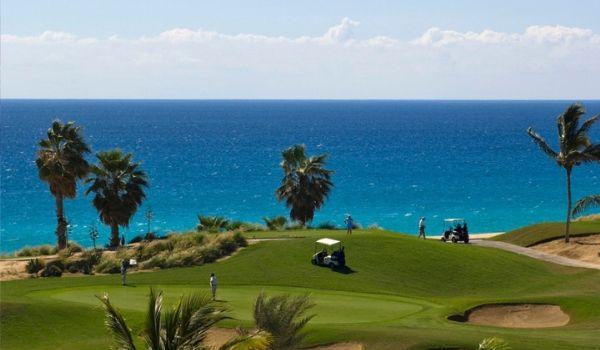 Magnifique parcours de golf donnant sur des eaux étincelantes