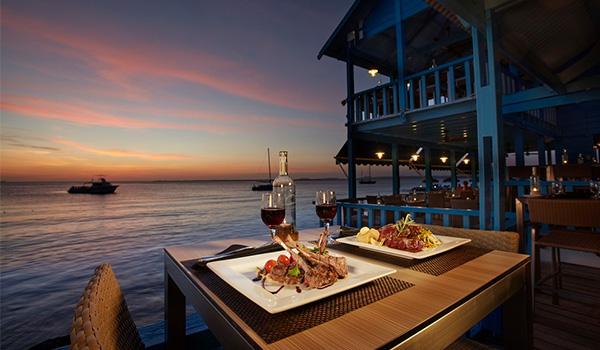 Table pour deux avec vue sur le coucher de soleil sur l'eau