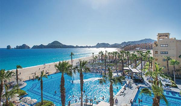Grande piscine à débordement surplombant les arches de Los Cabos