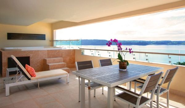 Luxurious terrace with Jacuzzi and views of the Gulf of Papagayo