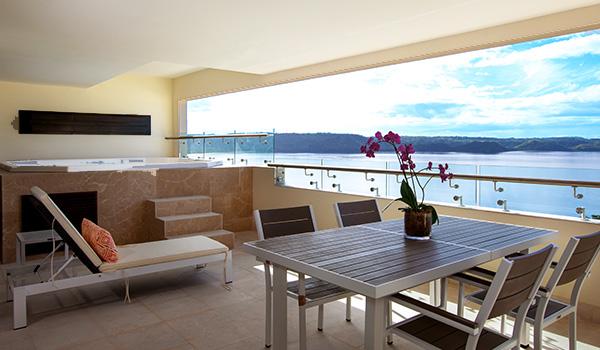 Terrasse luxueuse avec Jacuzzi et vue sur le golfe de Papagayo