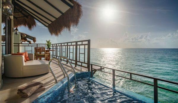 Piscine à débordement et terrasse donnant sur l'océan