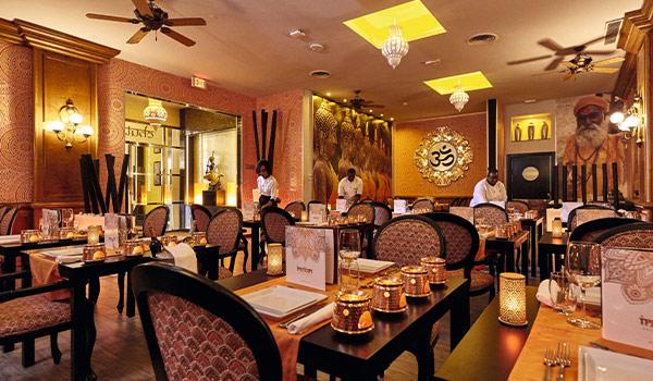 Restaurant indien au décor doré doté de bougies