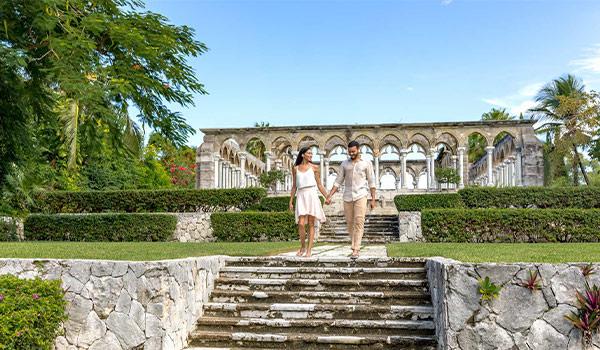 Anciennes structures architecturales françaises entourées de magnifiques jardins