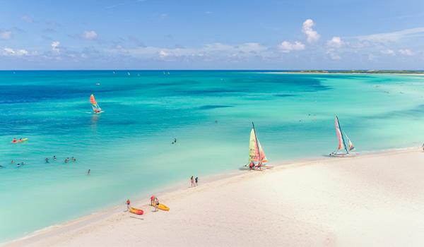 Vue aérienne d'une plage avec des catamarans sur le rivage