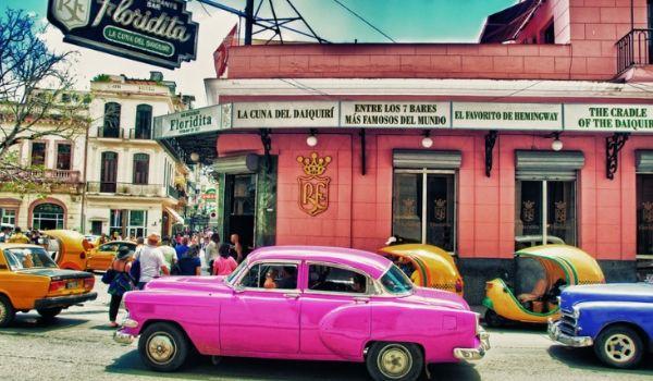 Voiture américaine d'époque dans les rues de La Havane