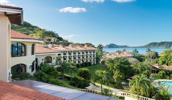 Hôtel entouré de jungle luxuriante donnant sur la côte