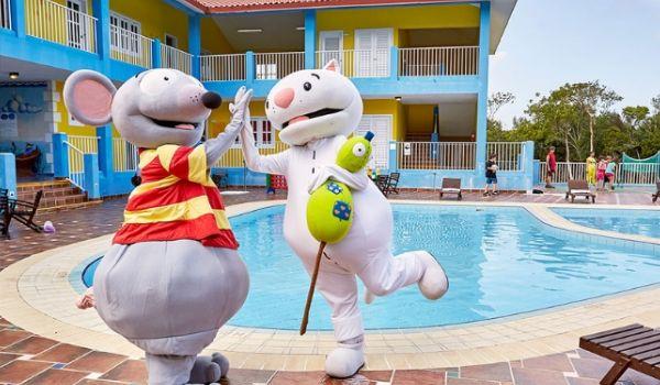 Mascottes de l'hôtel à côté de la piscine pour enfants