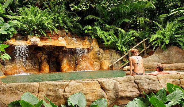 Femme et homme dans une source thermale naturelle