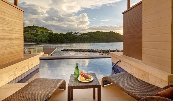 Vues des paysages luxuriants de Sainte-Lucie depuis une piscine semi-privée