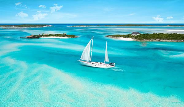 Réplique d'un vieux bateau pirate qui a jeté l'ancre sur la côte des Bahamas