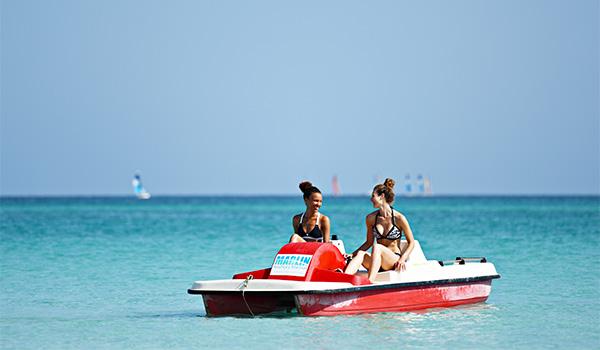 Deux femmes dans un pédalo en mer