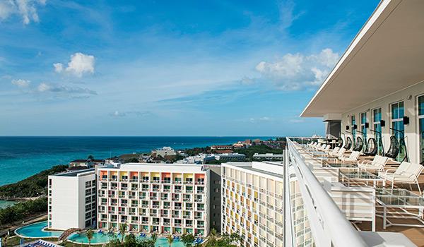 Vues de la splendide plage de Varadero depuis le balcon d'une suite