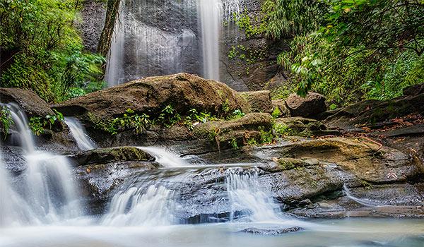 Petites cascades devant une plus grande chute d'eau