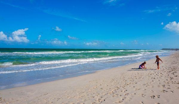 Deux enfants jouant sur la plage