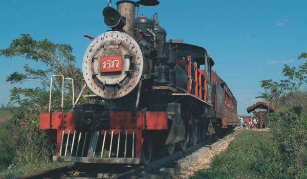 Ancien train à vapeur à travers la campagne
