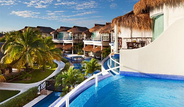 Piscines à débordement sur des balcons d'un hôtel