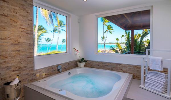 Jacuzzi pour deux personnes dans la suite avec vue sur la côte de Punta Cana