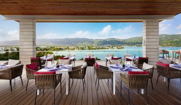Restaurant extérieur avec vue sur la côte de Montego Bay