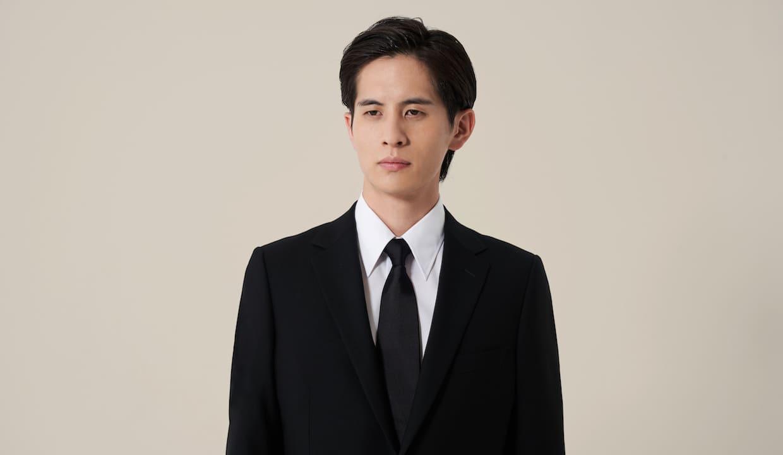 葬式用のブラックスーツを着ている男性