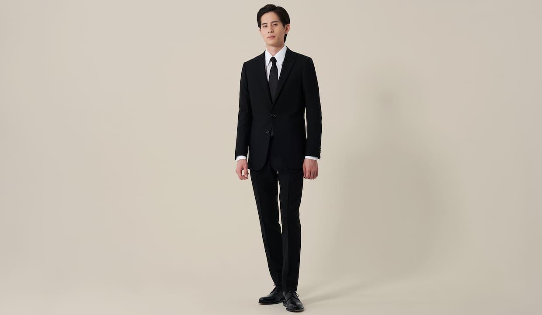 ブラックスーツを着用している男性の画像
