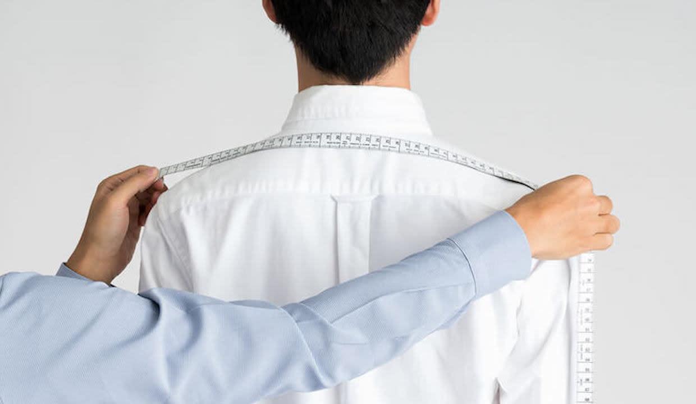 肩幅を測っている画像