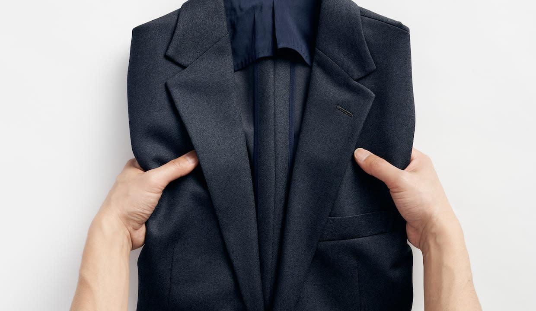 スーツの持ち運び方法と注意点とは?畳み方やおすすめの防シワスーツも紹介