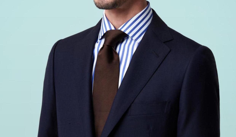 ダークカラーのスーツを着用している男性