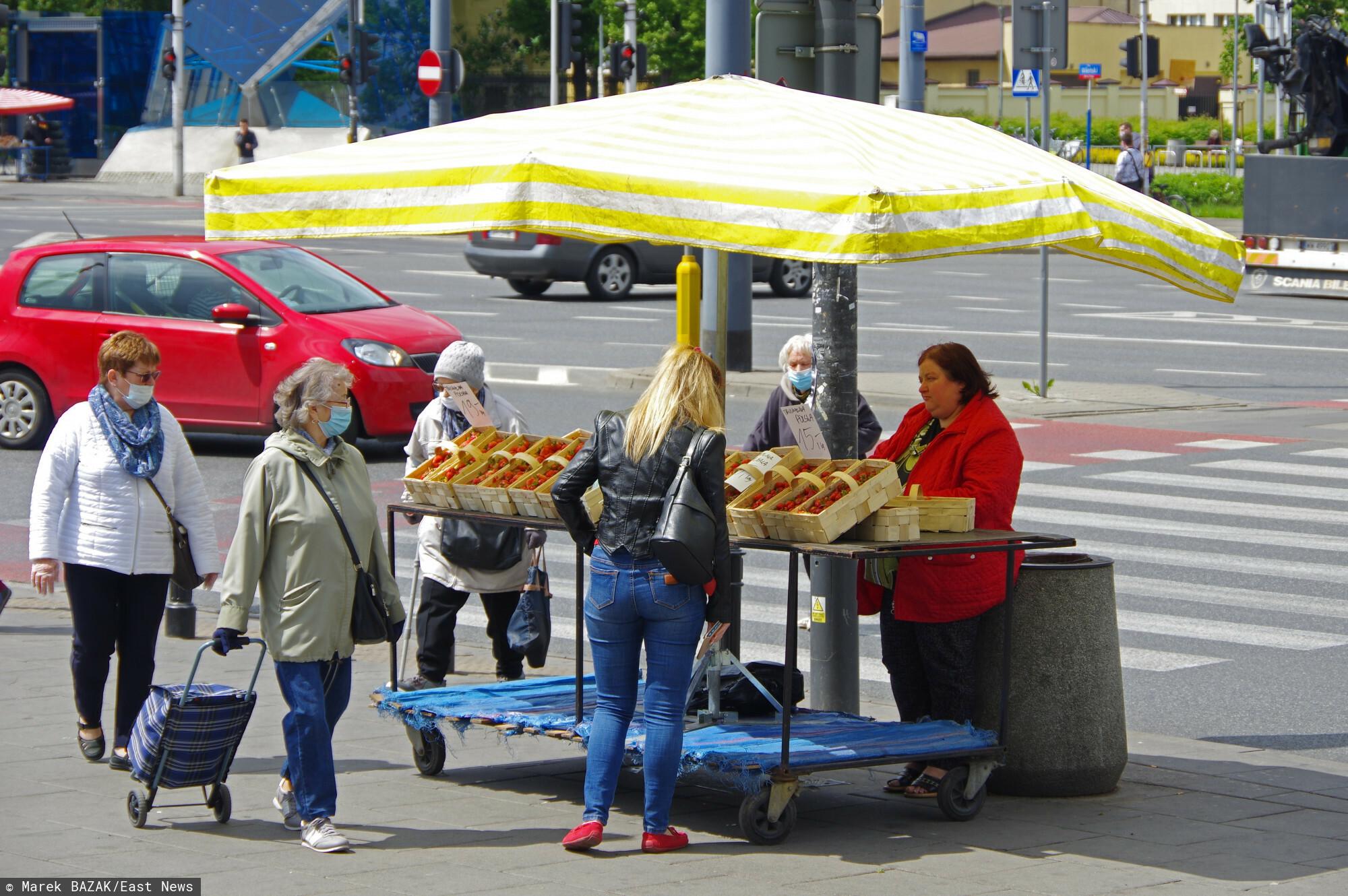 PHOTO: ZOFIA I MAREK BAZAK / EAST NEWS Warszawa Plac Wilenski N/Z Handel uliczny - sprzedaz truskawek