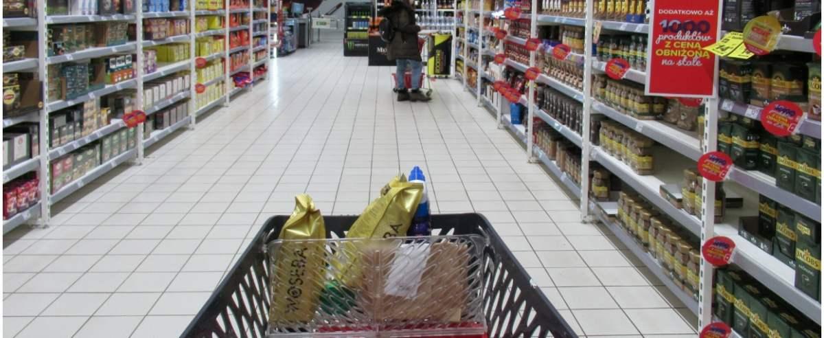 PHOTO: ZOFIA I MAREK BAZAK / EAST NEWS Warszawa hipermarket Carrefour N/Z Bezpieczne zakupy w godzinach dla seniorow powyzej 60 roku zycia - stoisko z kawa i herbata