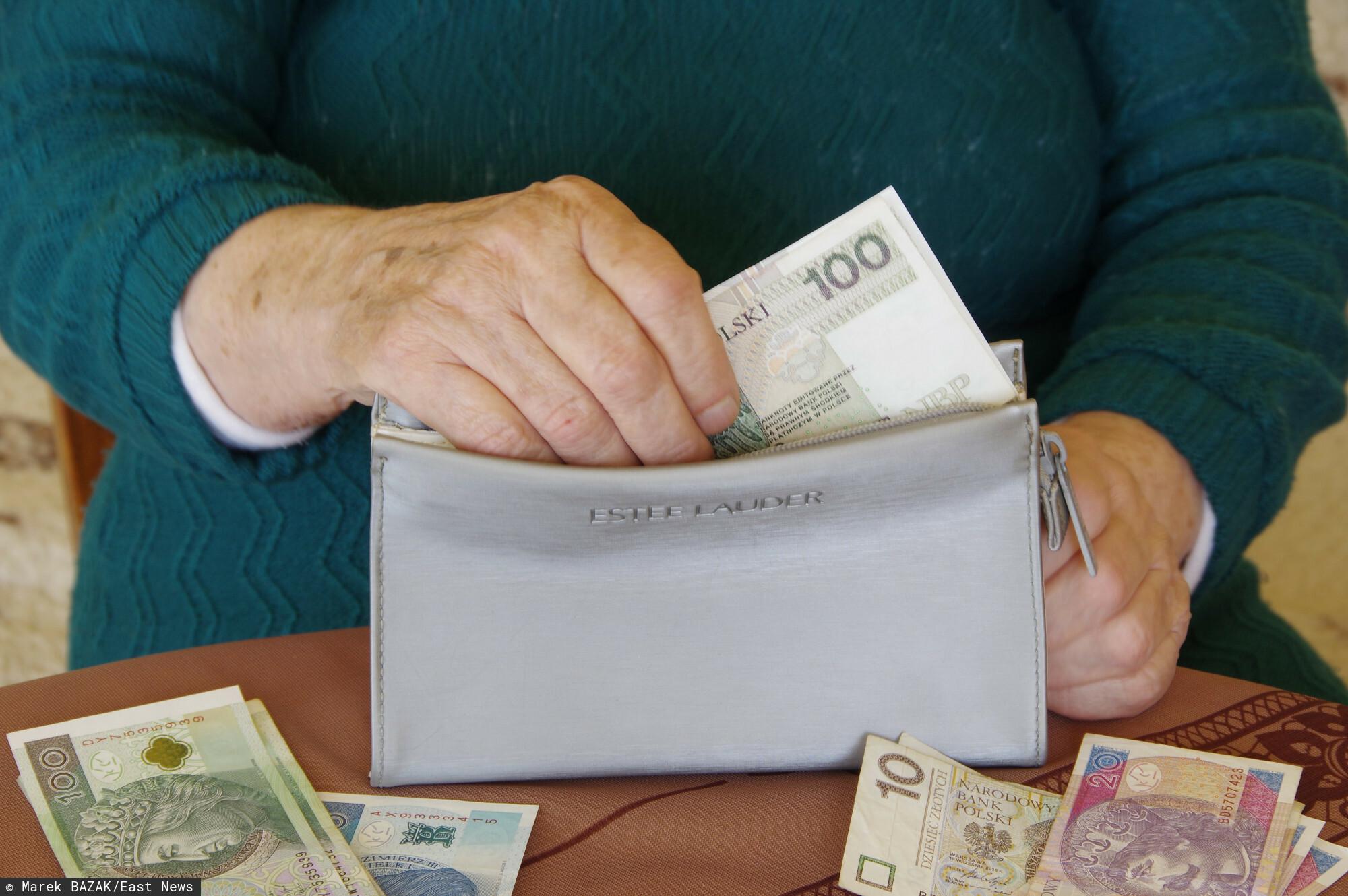 Dodatkową emeryturę pobiera coraz więcej Polaków, jednak jej podstawa prawna jest wątpliwa