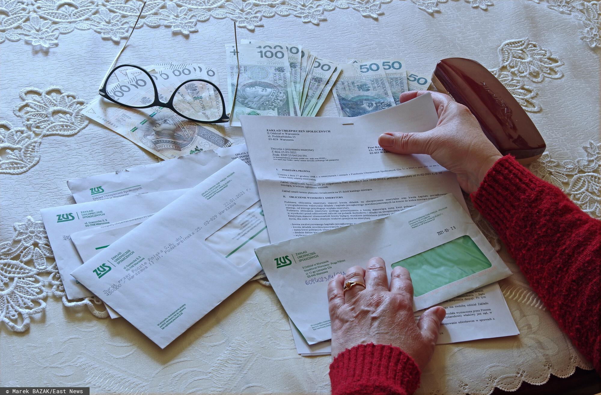 PHOTO: ZOFIA I MAREK BAZAK / EAST NEWS N/Z Kobieta przeglada korespondencje z ZUS-u i liczy pieniadze