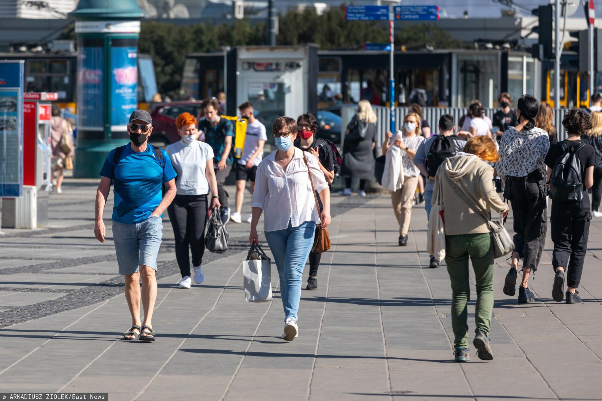 fot: Arkadiusz Ziolek/ East News. Warszawa. n/z Tlum pieszych na chodniku.