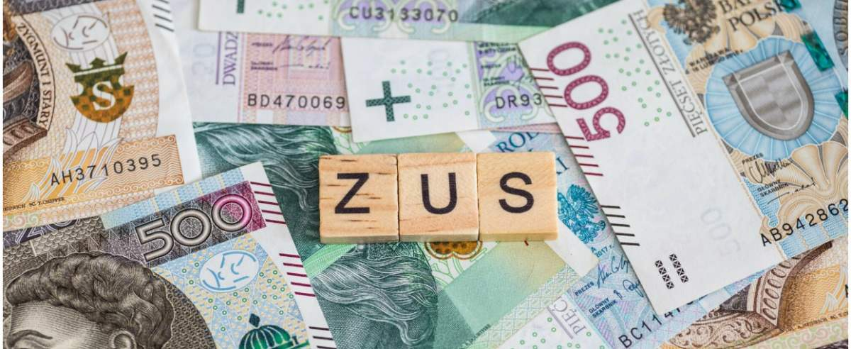 fot: Arkadiusz Ziolek/ East News. n/z Napis ZUS na tle pieniedzy.