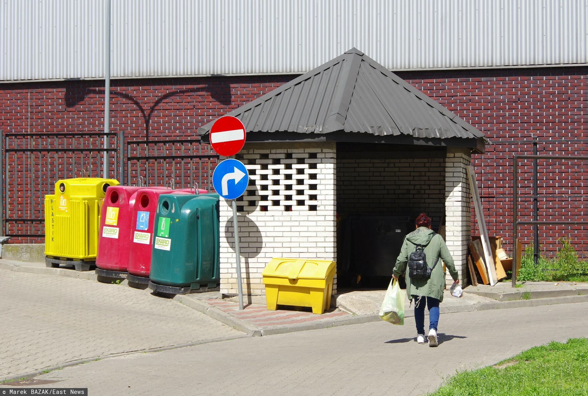 PHOTO: ZOFIA I MAREK BAZAK / EAST NEWS Warszawa N/z kobieta wyrzuca smieci do osiedlowego smietnika